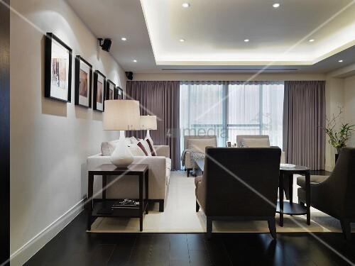 eleganter wohnraum mit polstergarnitur im klassischen stil und moderner indirekter beleuchtung. Black Bedroom Furniture Sets. Home Design Ideas