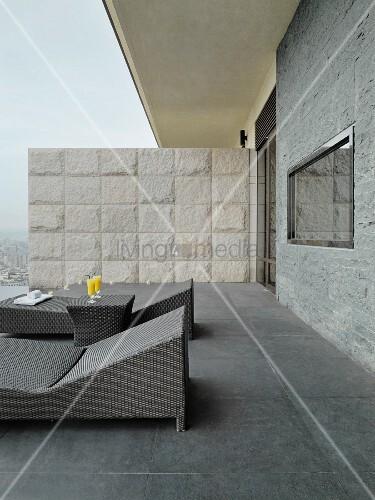 moderne outdoor liegen auf dachterrasse in verschiedenen graut nen und trennwand aus naturstein. Black Bedroom Furniture Sets. Home Design Ideas