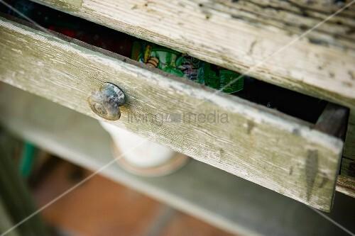 alter holzschrank mit ge ffneter schublade auf der terrasse bild kaufen living4media. Black Bedroom Furniture Sets. Home Design Ideas