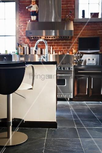 eine k che mit k cheninsel und edelstahlfronten bild kaufen living4media. Black Bedroom Furniture Sets. Home Design Ideas