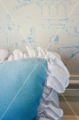 kissen mit r schenbord re vor wand und schablonenmalerei bild kaufen living4media. Black Bedroom Furniture Sets. Home Design Ideas