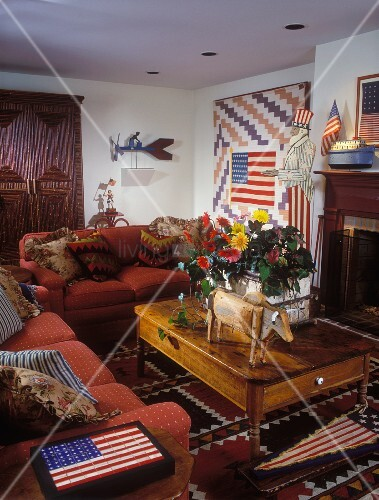 behagliches amerikanisches wohnzimmer mit verspielter usa symbolik und einem. Black Bedroom Furniture Sets. Home Design Ideas