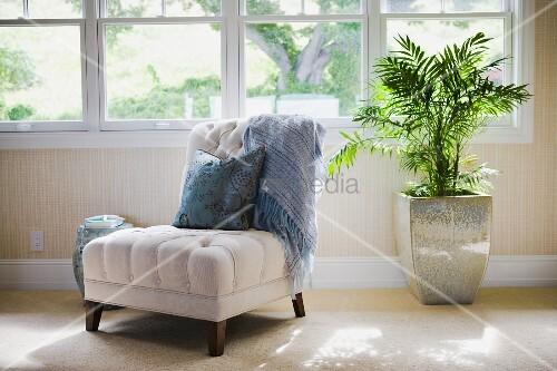 sonniger sitzplatz vor breiter fensterfront heller. Black Bedroom Furniture Sets. Home Design Ideas