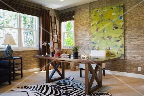 modernes home office mit zebrafell auf dem boden bild. Black Bedroom Furniture Sets. Home Design Ideas
