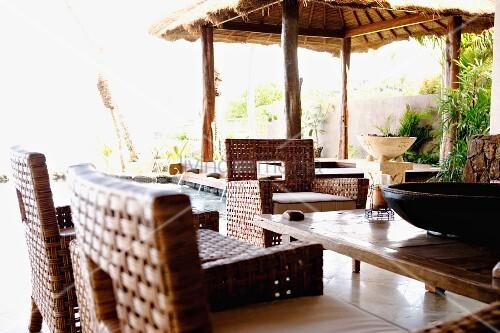 esstisch mit flechtsesseln auf einer terrasse bild. Black Bedroom Furniture Sets. Home Design Ideas