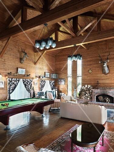 Grosses Wohnzimmer In Einem Holzhaus Mit Offenem Kamin Aus Ziegelsteinen Und Grossen Billardtisch