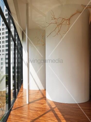 vorraum mit zylinderf rmigen einbauten auf parkettboden. Black Bedroom Furniture Sets. Home Design Ideas