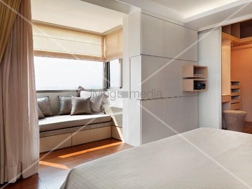 blick vom bett in erker mit eingebauter bank und offene t r zum bad ensuite bild kaufen. Black Bedroom Furniture Sets. Home Design Ideas