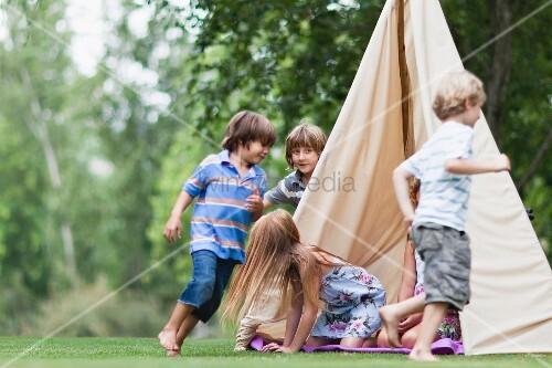 Gartenzelt Bilder : Kinder spielen bei einem zelt im garten bild kaufen