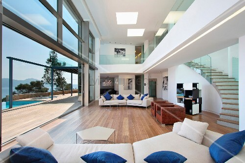 Modern Living Room With Hardwood Floors And Catwalk Bild