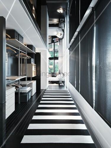 offene garderobe und boden mit schwarz weissen streifen im. Black Bedroom Furniture Sets. Home Design Ideas
