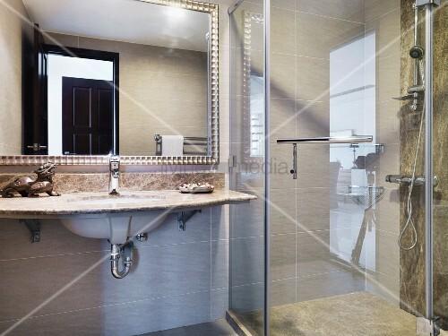 Waschtisch Mit Steinplatte waschtisch mit steinplatte vor spiegel neben verglaster duschkabine