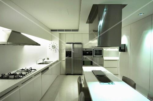 weisse designerk che mit essplatz unter dunstabzug bild kaufen living4media. Black Bedroom Furniture Sets. Home Design Ideas