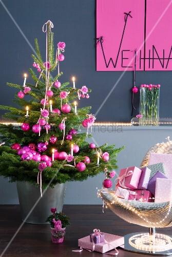 geschm ckter weihnachtsbaum mit pinkfarbenen kugeln neben. Black Bedroom Furniture Sets. Home Design Ideas