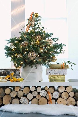 geschm ckter weihnachtsbaum mit goldenen kugeln und. Black Bedroom Furniture Sets. Home Design Ideas