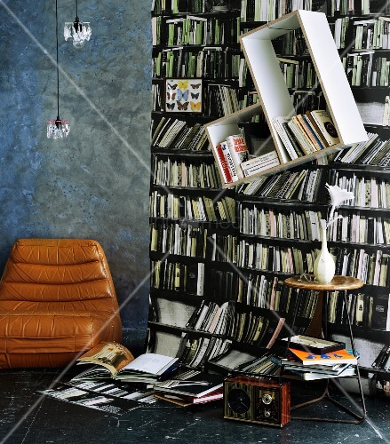 fototapete mit b cherregalmotiv davor schr g aufgeh ngtes. Black Bedroom Furniture Sets. Home Design Ideas