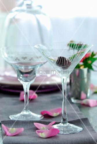 cocktailgl ser im 50er jahre stil und bl tenbl tter auf. Black Bedroom Furniture Sets. Home Design Ideas