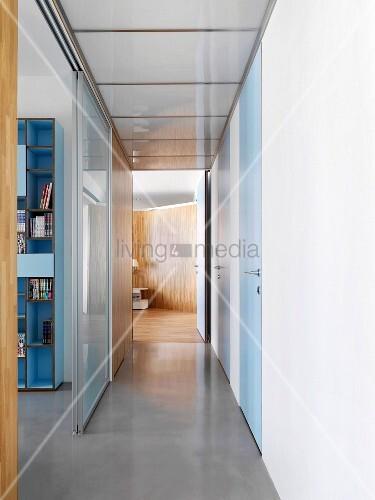 schmaler gang mit offener schiebet r und blick auf regal bild kaufen living4media. Black Bedroom Furniture Sets. Home Design Ideas