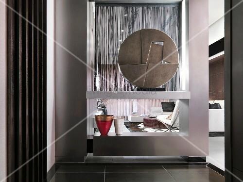 kunstobjekt in modernem regal als raumteiler in offenem. Black Bedroom Furniture Sets. Home Design Ideas