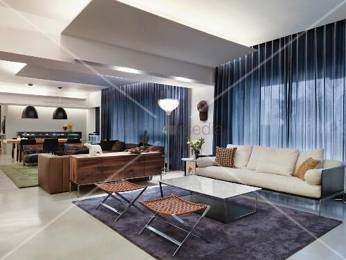 Loungebereich Mit Eleganten Hockern Und Weissem Sofa Vor Fenster Mit Geschlossenem Vorhang In