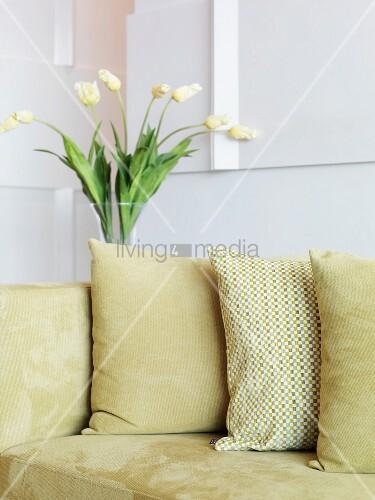 kissen auf polstercouch mit hellem samtbezug bild kaufen. Black Bedroom Furniture Sets. Home Design Ideas