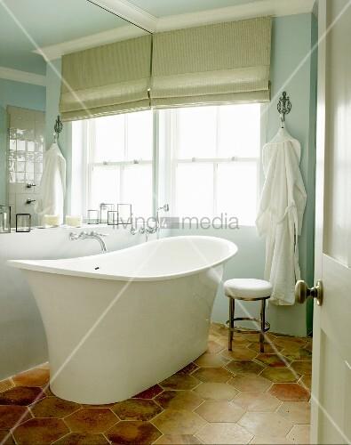 blick durch offene t r auf freistehende vintage badewanne am fenster mit faltrollo und. Black Bedroom Furniture Sets. Home Design Ideas