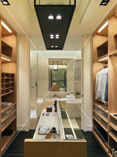 ein moderner, begehbarer kleiderschrank mit direktem zugang ins, Hause ideen