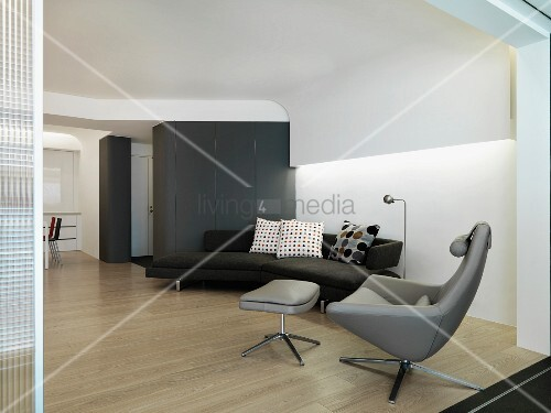 designersofa und sessel in modernem wohnzimmer mit abgeh ngter decke und indirekter beleuchtung. Black Bedroom Furniture Sets. Home Design Ideas