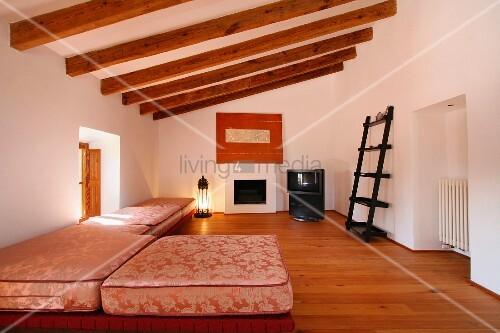 Holzbalkendecke wohnzimmer die neuesten innenarchitekturideen - Dachwohnung gestalten ...