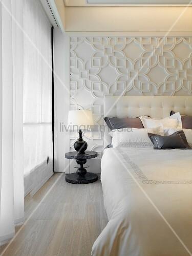 klassisch modernes schlafzimmer mit bett vor reliefartig. Black Bedroom Furniture Sets. Home Design Ideas