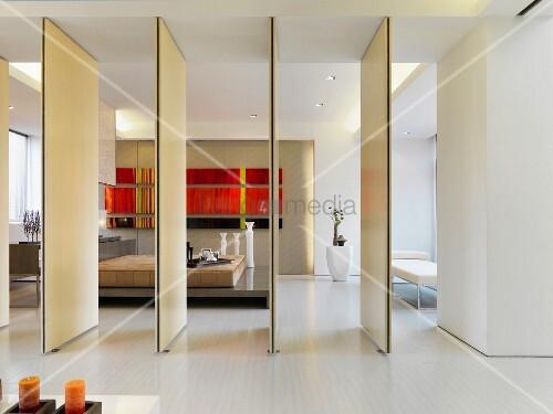 drehbare raumteiler ge ffnet und blick ins moderne. Black Bedroom Furniture Sets. Home Design Ideas