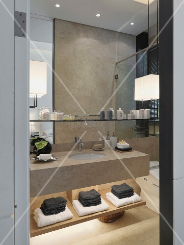 edles bad im modernen asiatischen stil mit beleuchteter handtuchablage und h ngeregal ber dem. Black Bedroom Furniture Sets. Home Design Ideas