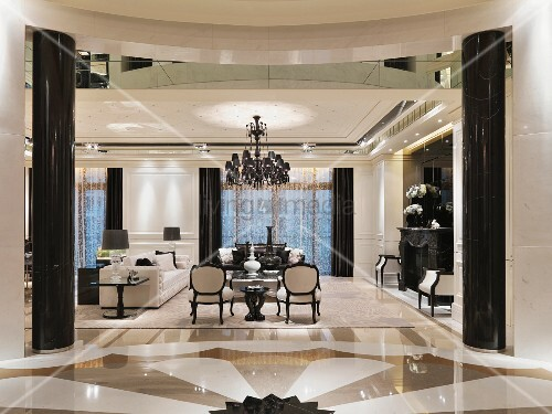 grafisch gestalteter marmorboden und schwarz gl nzende. Black Bedroom Furniture Sets. Home Design Ideas