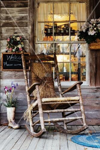Alter holz schaukelstuhl auf einer holzveranda bild for Schaukelstuhl alt