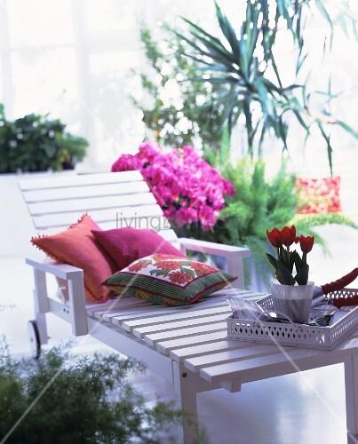gartenliege aus weiss lackiertem holz mit kissen und tulpentopf auf tablett bild kaufen. Black Bedroom Furniture Sets. Home Design Ideas