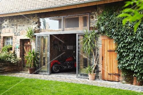 landhaus mit renoviertem schuppen und blick durch offene. Black Bedroom Furniture Sets. Home Design Ideas
