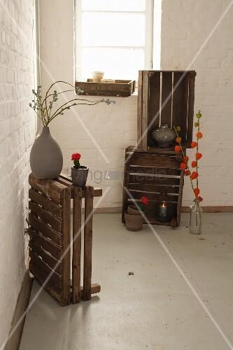 Holzkisten mit herbstdekoration in einem raum mit weiss get nchter wand bild kaufen living4media - Holzkisten wand ...