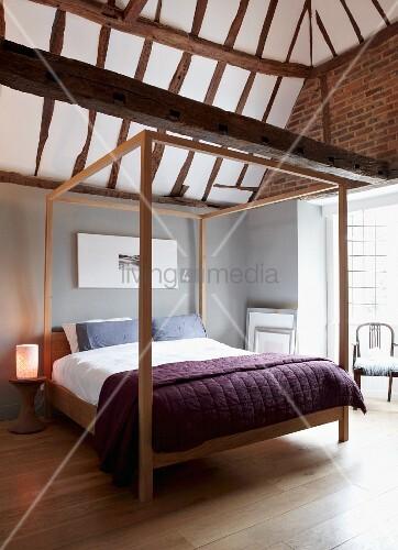 minimalistisches himmelbett in modernem schlafzimmer mit. Black Bedroom Furniture Sets. Home Design Ideas