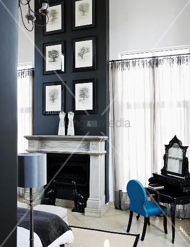 baumzeichnungen mit schwarzem rahmen an schwarzer wand ber offenem kamin mit heller. Black Bedroom Furniture Sets. Home Design Ideas