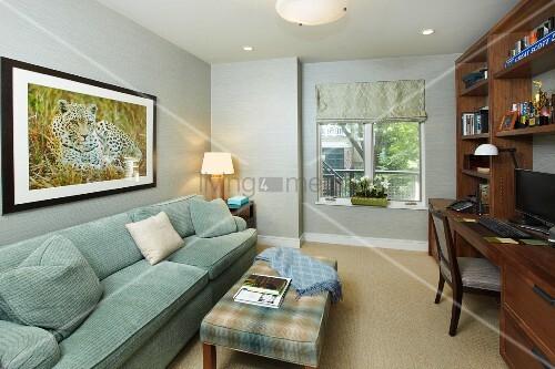 schmales home office mit gem tlichem sofa und polsterbank