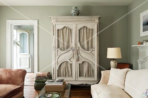 vintage bilder wohnzimmer:Vintage Wohnzimmer mit zweiflügeligem Schrank mit geschwungenen