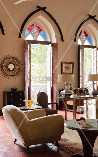 indisches wohnhaus polstersessel auf rotem fliesenboden. Black Bedroom Furniture Sets. Home Design Ideas
