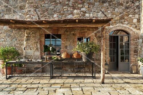 Berdachte terrasse vor natursteinhaus bild kaufen for Innendesigner wien