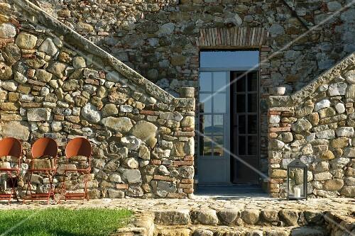Natursteinhaus mit eingangst r und beidseitigem for Innendesigner schweiz