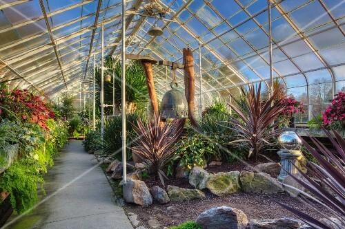 K nstlich angelegter garten mit tropischen pflanzen im for Angelegter garten