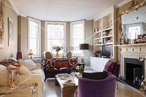 englisches gem tliches wohnzimmer mit erkerfenstern davor sitzgruppe und offener kamin mit. Black Bedroom Furniture Sets. Home Design Ideas