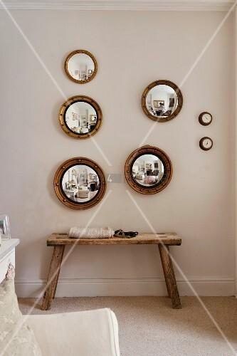rustikale sitzbank und runde konvexe spiegel mit rahmen an wand bild kaufen living4media. Black Bedroom Furniture Sets. Home Design Ideas