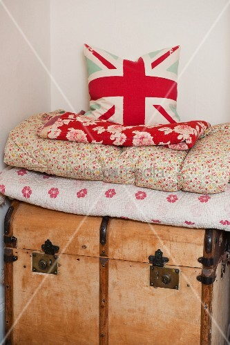 kissen mit union jack motiv auf plaid stapel und holztruhe bild kaufen living4media. Black Bedroom Furniture Sets. Home Design Ideas