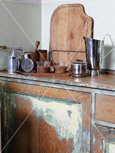 Küchenzeile Vintage ~ hochwertige küchenutensilien auf vintage küchenzeile mit renovierbedürftigem unterschrank u2013 bild