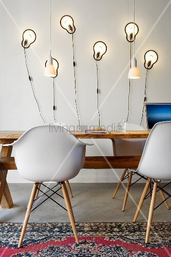bauhaus schalenst hle an rustikalem holztisch vor modernen. Black Bedroom Furniture Sets. Home Design Ideas